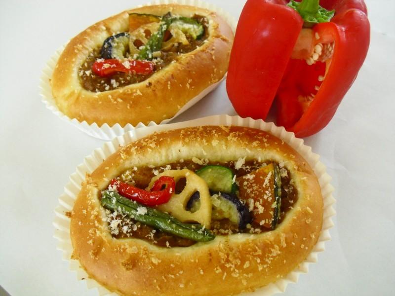 拓心館グループ・パン工房 エイブルのパン「ふんだん夏野菜のマサラカレー」